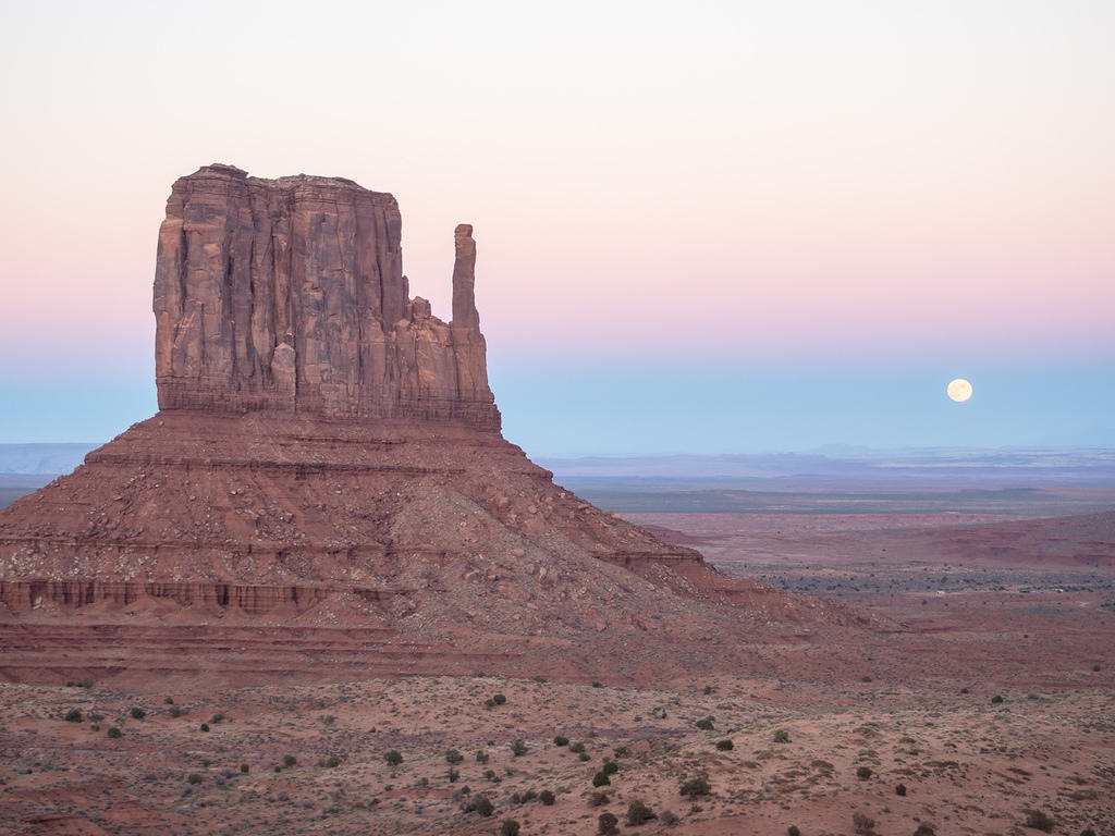 Moonrise and Monument Valley's West Mitten