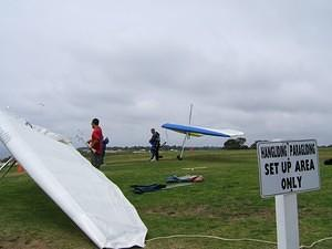 Hang gliders getting ready