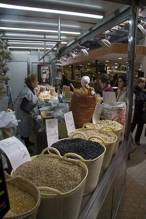 Valencian ladies line up to buy beans