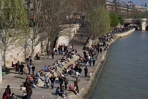 Crowds along La Seine