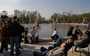 Enjoying the sun in Jardin des Tuileries