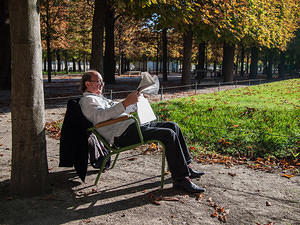 Reading in Jardin des Tuileries